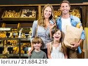 Купить «Portrait of family showing credit card», фото № 21684216, снято 15 апреля 2015 г. (c) Wavebreak Media / Фотобанк Лори