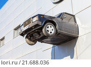 "Купить «Car on the facade of the Car dealer selling cars of different brands ""Samara cars""», фото № 21688036, снято 20 августа 2019 г. (c) FotograFF / Фотобанк Лори"