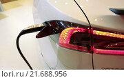 Купить «Автомобиль Tesla Model S. Кабель электрической зарядки. Электрический седан, цвет белая звезда», видеоролик № 21688956, снято 1 февраля 2016 г. (c) Кекяляйнен Андрей / Фотобанк Лори