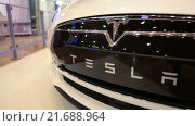 Купить «Автомобиль Tesla Model S. Эмблема и надпись на переднем бампере. Электрический седан, цвет белая звезда», видеоролик № 21688964, снято 1 февраля 2016 г. (c) Кекяляйнен Андрей / Фотобанк Лори