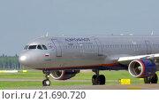 Купить «Aeroflot airplane on runway», видеоролик № 21690720, снято 1 июля 2015 г. (c) Данил Руденко / Фотобанк Лори