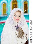 Красивая девушка в белом платке под падающим снегом. Стоковое фото, фотограф Оксана Дорохина / Фотобанк Лори