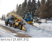 Купить «Механизированная уборка снега снегопогрузчиком в парке Уфы», фото № 21691312, снято 27 января 2016 г. (c) Азат Идиятуллин / Фотобанк Лори
