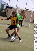 Купить «Мальчики играют в мини-футбол», фото № 21695256, снято 15 июня 2010 г. (c) Наталья Горкина / Фотобанк Лори