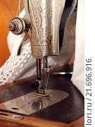 Старая швейная машина. Стоковое фото, фотограф Шуба Виктория / Фотобанк Лори