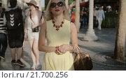 Купить «Блондинка в желтом платье гуляет по улицам в Париже», видеоролик № 21700256, снято 23 июля 2015 г. (c) Denis Mishchenko / Фотобанк Лори