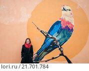 Купить «Молодая девушка стоит возле стены с граффити», эксклюзивное фото № 21701784, снято 17 апреля 2015 г. (c) Игорь Низов / Фотобанк Лори