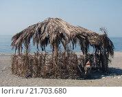 Купить «Шалаш из пальмовых листьев на пляже», фото № 21703680, снято 22 апреля 2018 г. (c) Александр Карпенко / Фотобанк Лори