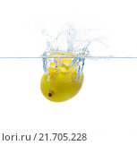 Купить «lemon falling or dipping in water with splash», фото № 21705228, снято 15 декабря 2015 г. (c) Syda Productions / Фотобанк Лори