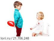 Купить «Мальчик дарит девочке воздушный шарик», фото № 21706248, снято 23 декабря 2015 г. (c) Ирина Мойсеева / Фотобанк Лори