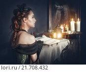 Красивая девушка в старинном платье и призрак в зеркале. Стоковое фото, фотограф Darkbird77 / Фотобанк Лори