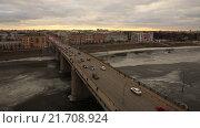 Купить «Автомобильный мост в провинциальном городе через замерзшую реку. Съемки с коптера. MOV», видеоролик № 21708924, снято 20 февраля 2020 г. (c) kinocopter / Фотобанк Лори