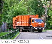 Купить «Мусоровоз во дворе домов на Пречистенке. Москва, 2010 год», эксклюзивное фото № 21722652, снято 5 июня 2010 г. (c) lana1501 / Фотобанк Лори