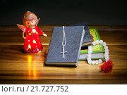 Купить «Книги, крест, четки и фигурка ангела на деревянном столе», фото № 21727752, снято 6 февраля 2016 г. (c) Татьяна Белова / Фотобанк Лори
