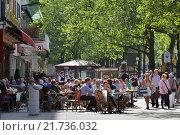 Berlin, Germany, outdoor cafes on the Kurfuerstendamm in Berlin-Charlottenburg (2011 год). Редакционное фото, агентство Caro Photoagency / Фотобанк Лори
