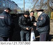 Купить «Полицейские проверяют документы у граждан», фото № 21737060, снято 8 апреля 2014 г. (c) Free Wind / Фотобанк Лори