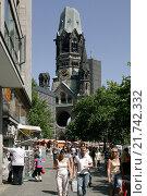 Berlin, passers-by and tourists am Kurfuerstendamm (2006 год). Редакционное фото, агентство Caro Photoagency / Фотобанк Лори