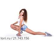 Купить «Стройная девушка в синих шортах и  топе выполняет упражнение на растяжку», фото № 21743156, снято 6 февраля 2016 г. (c) Стивен Жингель / Фотобанк Лори
