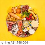 Разнообразные продукты питания разложенные на круглом блюде.. Стоковое фото, фотограф Тимофей Изотов / Фотобанк Лори
