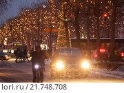 Berlin, Germany, Road Transport and Christmas decoration on the Kurfuerstendamm (2010 год). Редакционное фото, агентство Caro Photoagency / Фотобанк Лори