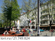 Berlin, Germany, in a busy street cafes in the Simon-Dach-Strasse (2009 год). Редакционное фото, агентство Caro Photoagency / Фотобанк Лори