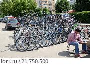 Купить «Уличная торговля велосипедами в городе Железнодорожном (Балашихе) Московской области», эксклюзивное фото № 21750500, снято 29 июня 2014 г. (c) Наталья Горкина / Фотобанк Лори