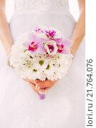 Купить «Букет невесты из ромашек и орхидей», фото № 21764076, снято 16 августа 2013 г. (c) Инга Макеева / Фотобанк Лори