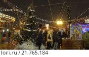 Купить «Веселый парк развлечений на Красной площади в канун Рождества. Москва, Россия», видеоролик № 21765184, снято 15 января 2016 г. (c) Серёга / Фотобанк Лори