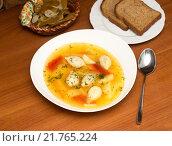 Купить «Суп овощной с пельменями в белой тарелке», фото № 21765224, снято 11 февраля 2016 г. (c) Екатерина Тимонова / Фотобанк Лори