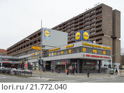 Berlin, Germany, condominium and shops at Tempelhof Damm corner Chapter Master Street (2012 год). Редакционное фото, агентство Caro Photoagency / Фотобанк Лори