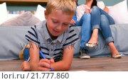 Купить «Son drawing while parents watching him», видеоролик № 21777860, снято 22 июля 2019 г. (c) Wavebreak Media / Фотобанк Лори