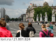 Berlin, Germany, young people before Schlossbruecke and the Unter den Linden (2009 год). Редакционное фото, агентство Caro Photoagency / Фотобанк Лори