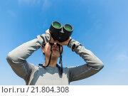Купить «Woman use of the binoculars», фото № 21804308, снято 21 апреля 2019 г. (c) PantherMedia / Фотобанк Лори