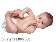 Ребенок лежит на спине и засунул пальцы в рот. Стоковое фото, фотограф Ирина Столярова / Фотобанк Лори