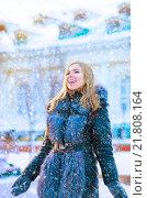 Девушка в зимнем пальто из овчины на зимней улице. Стоковое фото, фотограф Оксана Дорохина / Фотобанк Лори