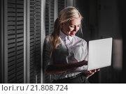 Купить «Молодой инженер в серверной комнате», фото № 21808724, снято 29 декабря 2015 г. (c) Mark Agnor / Фотобанк Лори