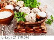 Купить «Ежики, фрикадельки с рисом в керамической тарелке», фото № 21810076, снято 14 февраля 2016 г. (c) Надежда Мишкова / Фотобанк Лори