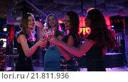 Купить «Красивые девушки веселятся на вечеринке в ночном клубе», видеоролик № 21811936, снято 5 февраля 2016 г. (c) Женя Канашкин / Фотобанк Лори