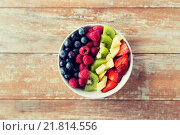 Купить «close up of fruits and berries in bowl on table», фото № 21814556, снято 28 апреля 2015 г. (c) Syda Productions / Фотобанк Лори