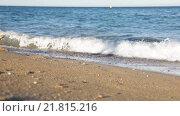 Barefoot girl walking along a sandy beach (2015 год). Стоковое видео, видеограф Яков Филимонов / Фотобанк Лори