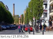 Berlin, Germany, in the passers Sredzkistrasse, in the background the Kulturbrauerei (2010 год). Редакционное фото, агентство Caro Photoagency / Фотобанк Лори