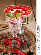 Купить «Strawberry smoothie decorated with mint leaf. Party dessert», фото № 21834288, снято 19 ноября 2017 г. (c) Joanna Malesa / Фотобанк Лори