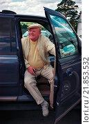 Купить «Путешественник и телеведущий Юрий Сенкевич сидит на переднем сиденье автомобиля», фото № 21853532, снято 20 мая 2002 г. (c) Игорь Малеев / Фотобанк Лори