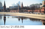 Купить «Вид на Московский Кремль днем», видеоролик № 21858096, снято 18 февраля 2016 г. (c) Володина Ольга / Фотобанк Лори