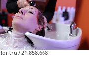 Купить «Парикмахер моет волосы женщине», видеоролик № 21858668, снято 14 декабря 2015 г. (c) Валентин Беспалов / Фотобанк Лори