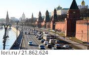 Купить «Пробка на набережной в Москве», видеоролик № 21862624, снято 18 февраля 2016 г. (c) Володина Ольга / Фотобанк Лори