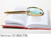 Купить «Лупа в золотой оправе лежит на странице раскрытой книги», эксклюзивное фото № 21864736, снято 18 февраля 2016 г. (c) Яна Королёва / Фотобанк Лори