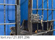 Купить «Открытая дверь камеры временного содержания в отделе полиции с ключом в замке», фото № 21891296, снято 30 апреля 2010 г. (c) Всеволод Чуванов / Фотобанк Лори