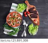 Кускус с креветками, гренки и помидоры на деревянном столе. Стоковое фото, фотограф Sergey Fatin / Фотобанк Лори
