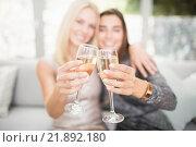 Beautiful women toasting champagne flute. Стоковое фото, агентство Wavebreak Media / Фотобанк Лори